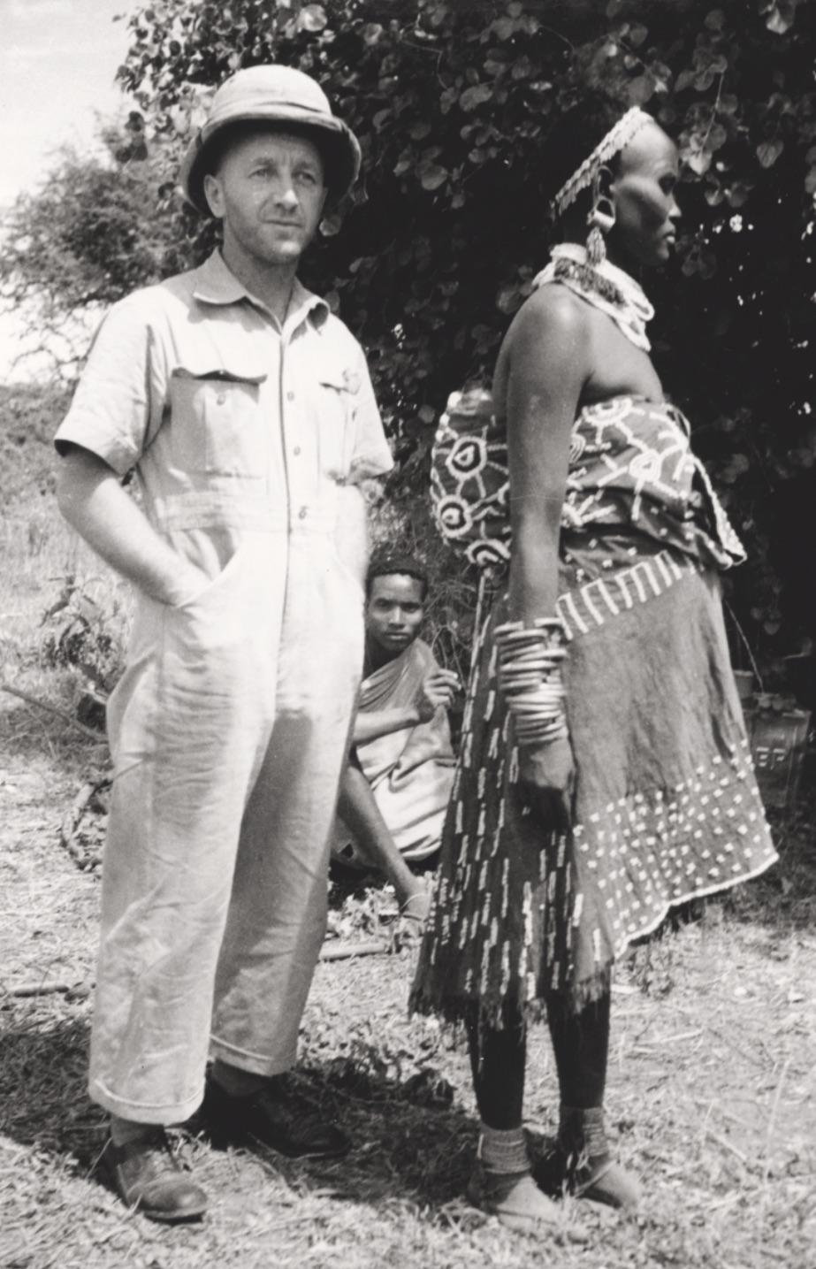 Künzler posiert mit Einheimischen. Tanzania, ca. 1930, Staatsarchiv Thurgau