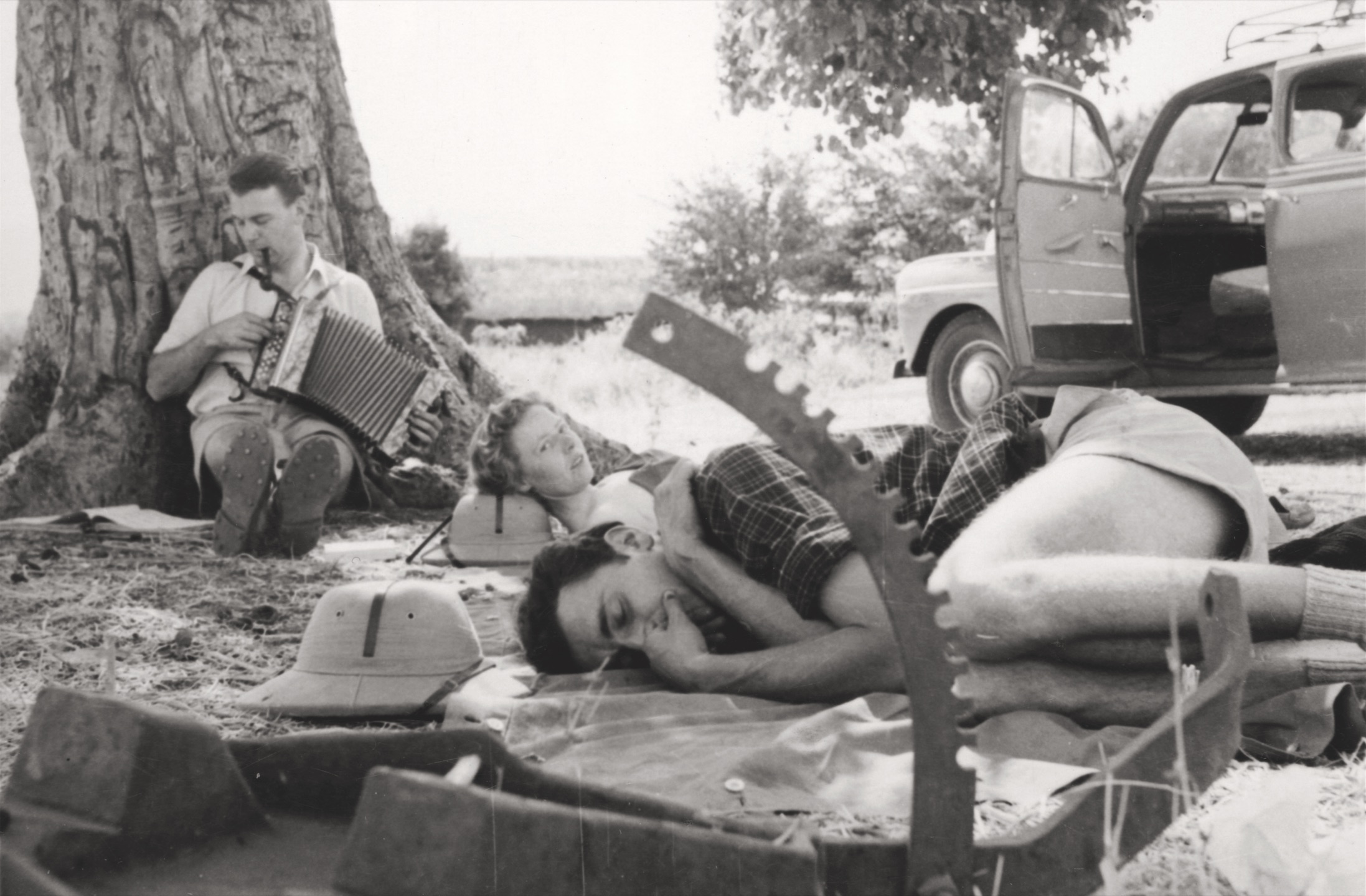 Sekretärin Bossart-Gloor, Tierfänger Rüfenacht, Buchhalter Hartmann mit Handorgel. Arusha, Tanzania, ca. 1955, Privatbesitz